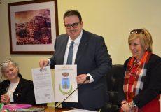 Il prefetto consegna al sindaco Dellonti il decreto del Presidente della Repubblica di attribuzione ufficiale di Stemma e Gonfalone comunale